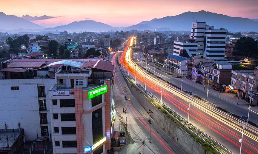 En gade med soldrevne lygtepæle i Nepal. CC-BY-ND Samir Jung Thapa