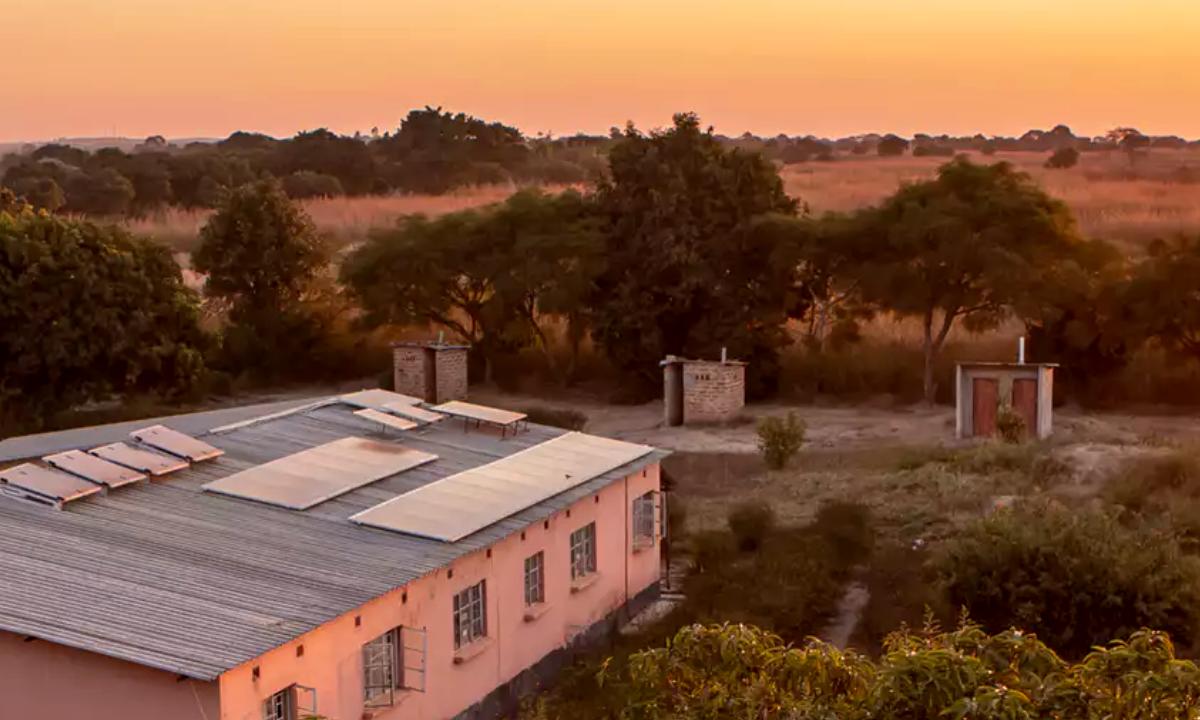 Flere hundre helsestasjoner i seks afrikanske land har nå fått installert solceller. Strømmen brukes blant annet til å kjøle ned medisin og vedlikeholde pasientjournaler. Den redder også liv under operasjoner og fødsler.