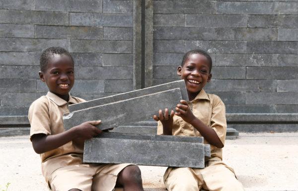 Nå kan barn i Elfenbenkysten få klasserom laget av plastavfall. En ny plastmurstein kan hjelpe miljøet og få flere utsatte barn i skole.