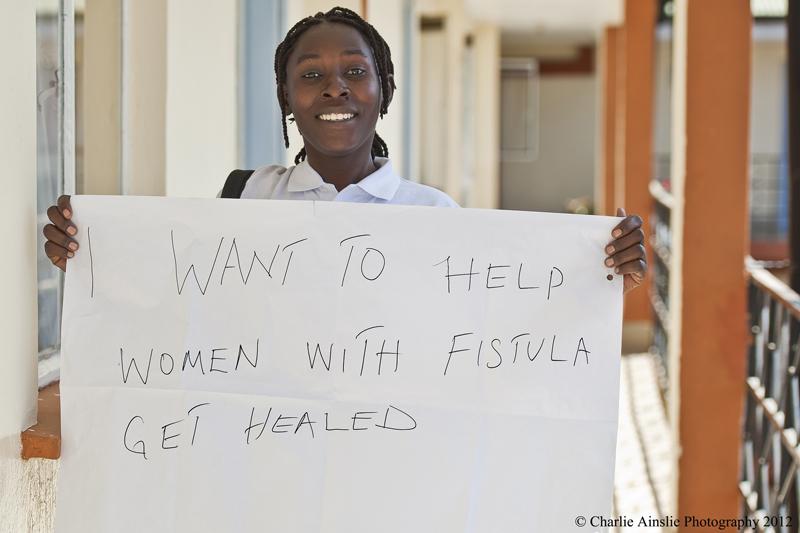 Felicia opplevde selv en vanskelig fødsel. Nå reiser hun rundt på landsbygden for å få kvinner i samme situasjon til å oppsøke sykehus. Målet er å bekjempe fistula.