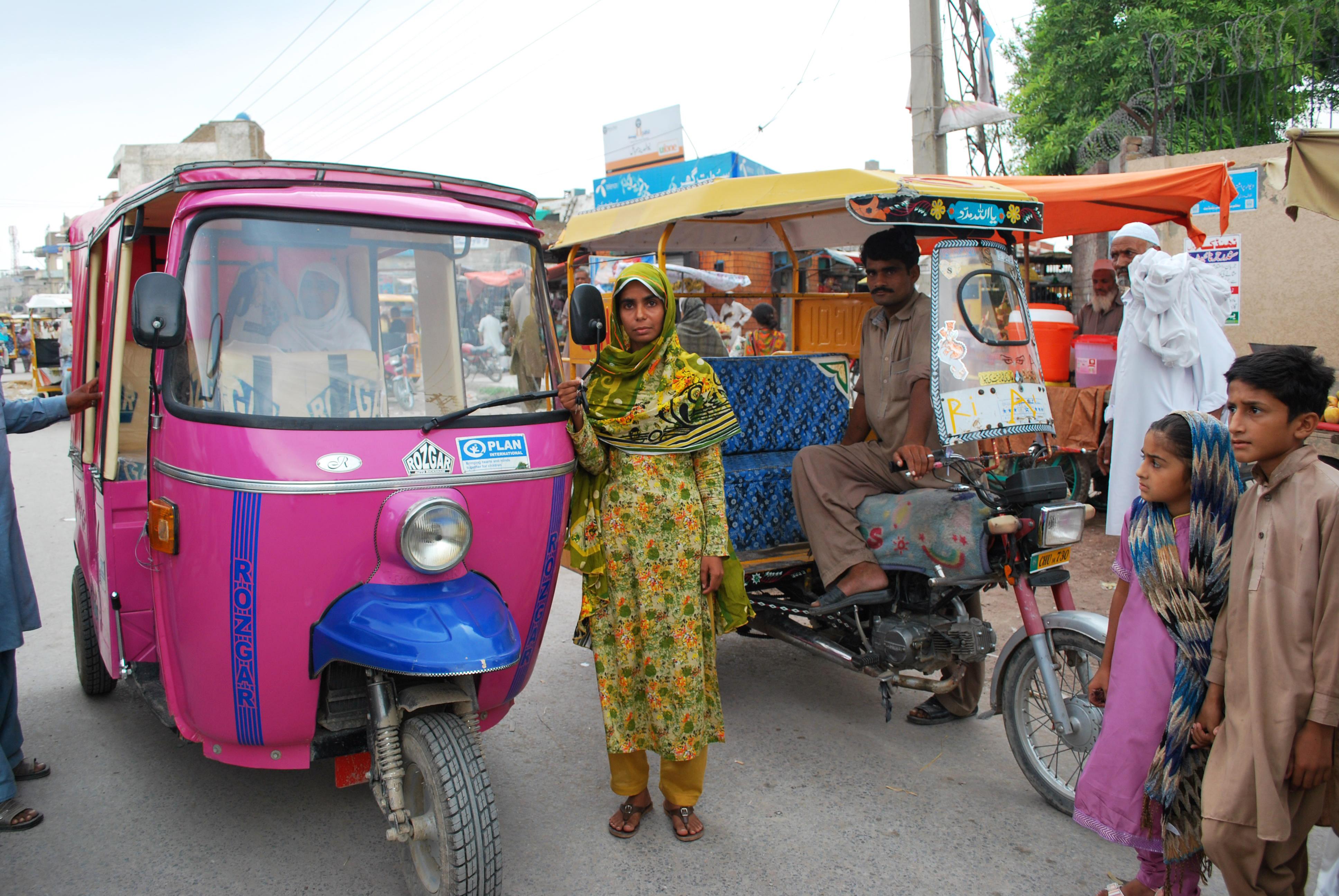 Kvinner går fra å tigge på gaten til å forsørge seg selv som richshaw-sjåfører i et land der kvinner ikke alltid kan ferdes trygt.