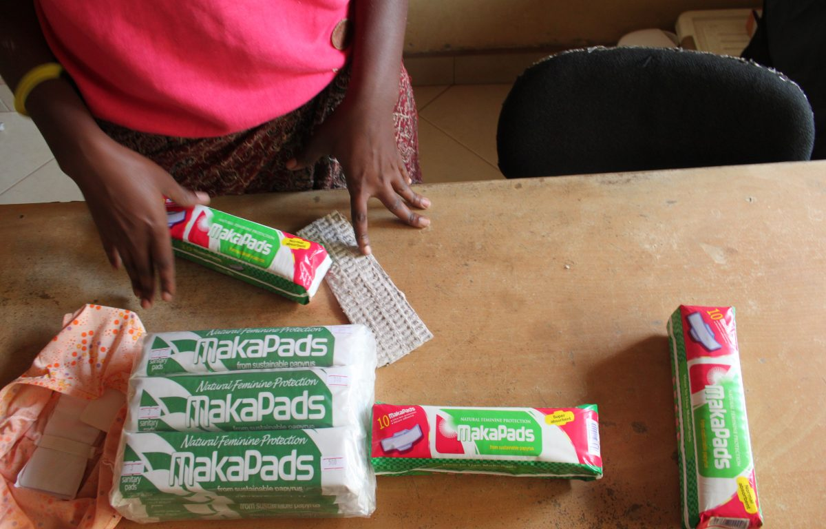Manglende tilgang til bind og tamponger er et hinder for utdannelse i Uganda. En professor ved landets største universitet ville være en del av løsningen.