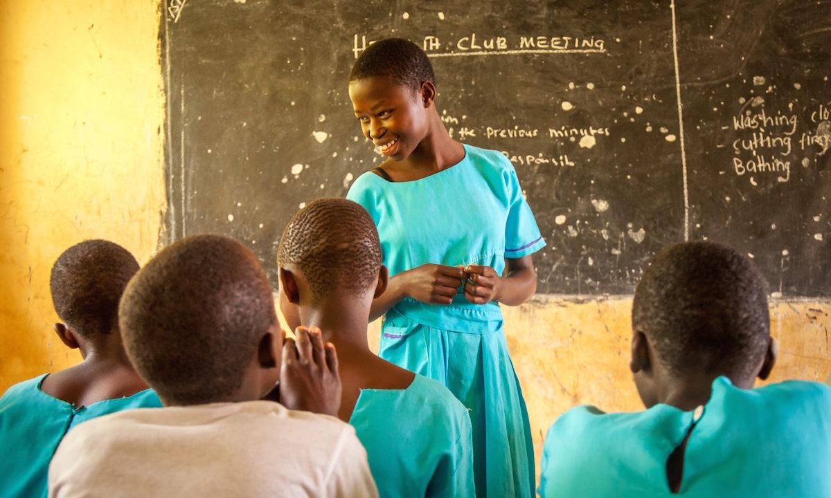 Det øst-afrikanske landet Kenya vil sikre full skolegang til jenter ved å tilby gratis bind på alle landets skoler.