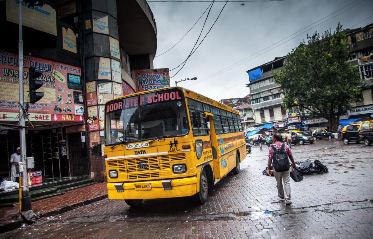 På utsiden ser det bare ut som en gammel ramponert buss, men selv om denne bussen står helt stille gir den tusenvis av barn muligheten til å oppdage nye horisonter.