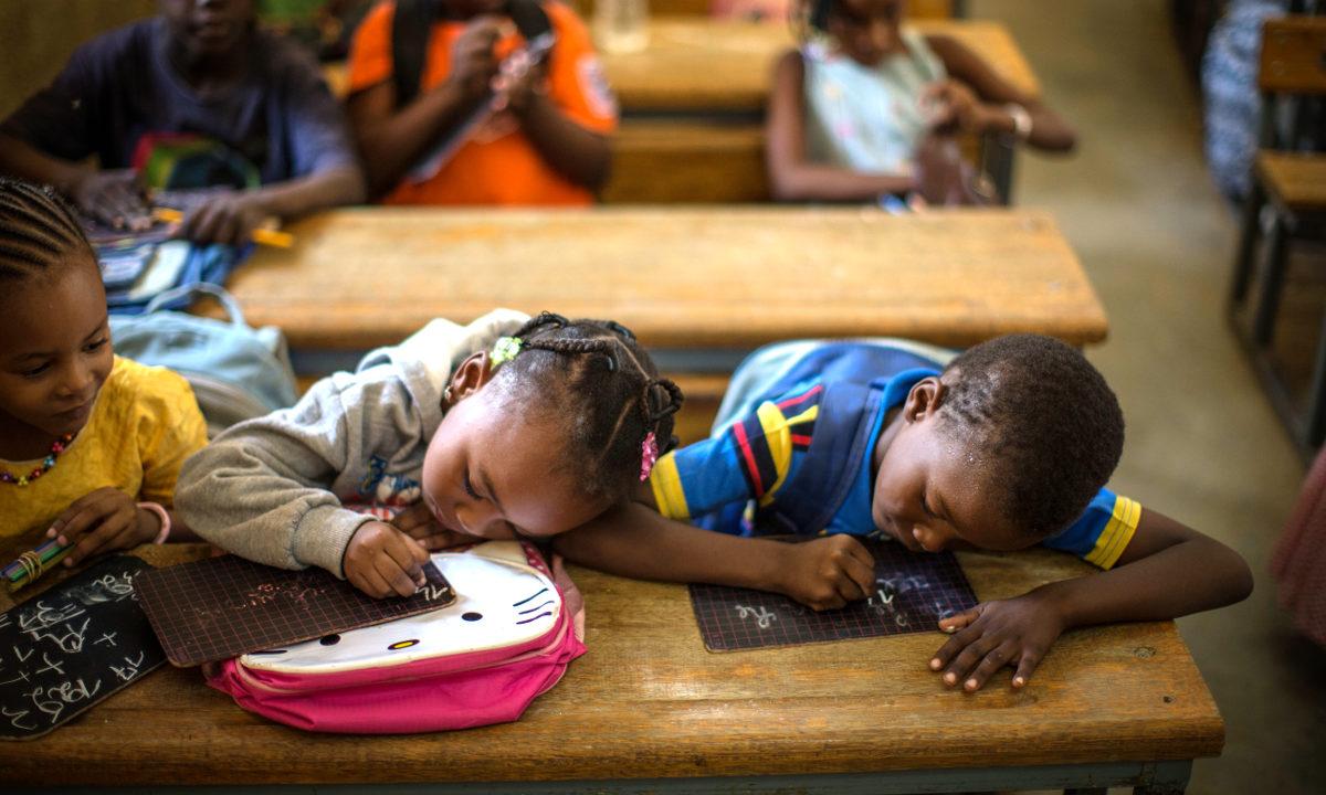 Jenter har lenge vært underrepresentert i skolen til sammenligning med gutter, men nå viser en global trend at nettopp jentene verden over utmerker seg innen flere utdanningsområder. Dette har stor betydning for verdens utvikling.