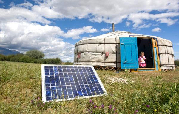 Flere og flere verden over kan slå på lyset. Kjempestore prisfall på solceller bidrar til å få strøm ut til verdens fattigste, og gjør livet bedre for millioner av mennesker.