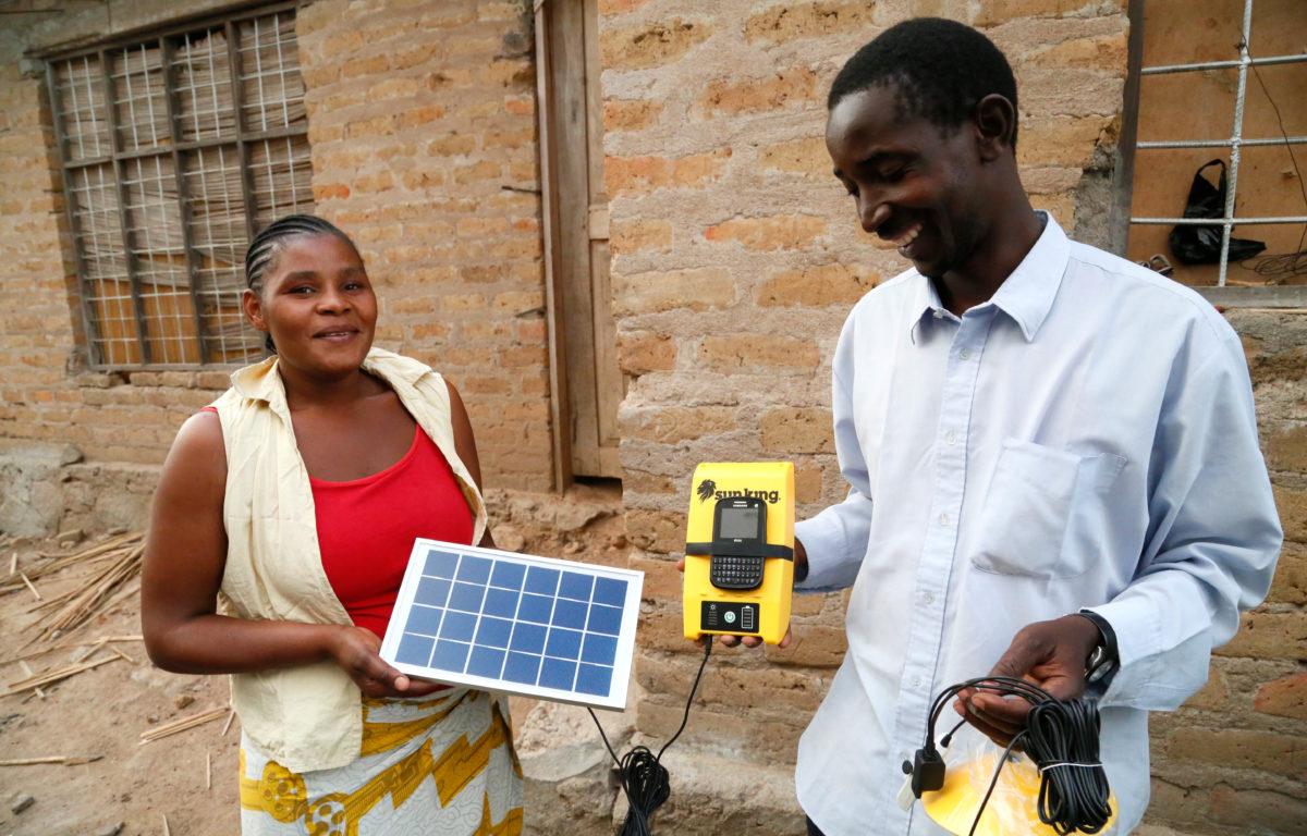 Stort prisfall på solceller gir millioner av fattige adgang til elektrisitet, selv om de bor langt unna nærmeste kraftverk.
