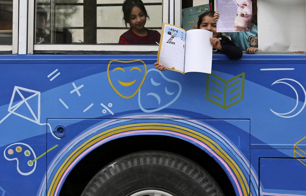Hver dag kjører en blå buss rundt i Kabuls gater. Med over 500 bøker om bord, åpner den dørene for små leseløver i den konfliktherjede byen.