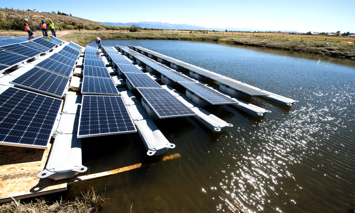 Tusenvis av nederlendere skal få grønn strøm fra solceller som flyter på havet. Det sparer plass og gjør solcellene mer effektive.