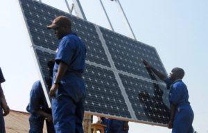 Lokale arbejdere installerer solcelleanlæg på sundhedsklinik i Rwanda. Foto: CCBY USAID