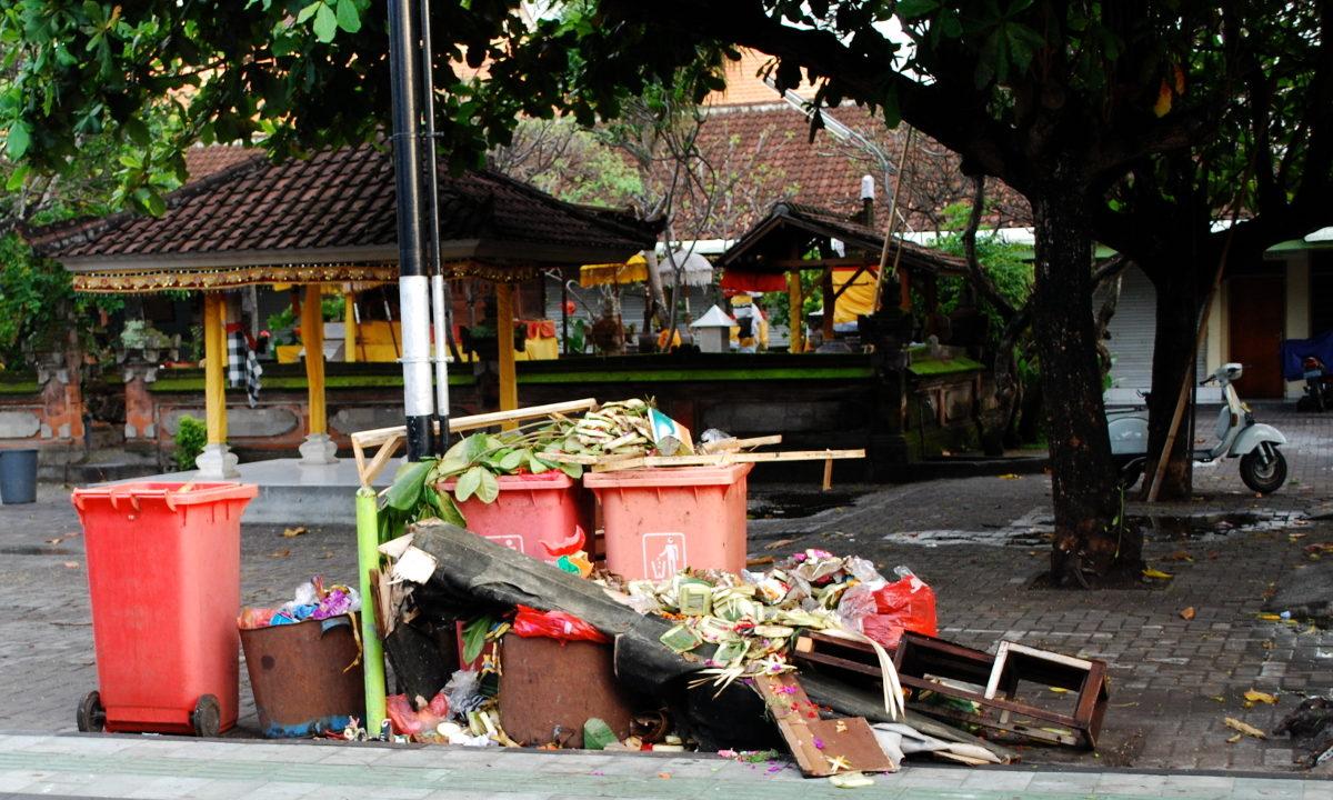 Det holder ikke å bare forby plastposer. Den tropiske turistøyen Bali vil nå også ta hånd om de store mengdene husholdningsavfall. <br />