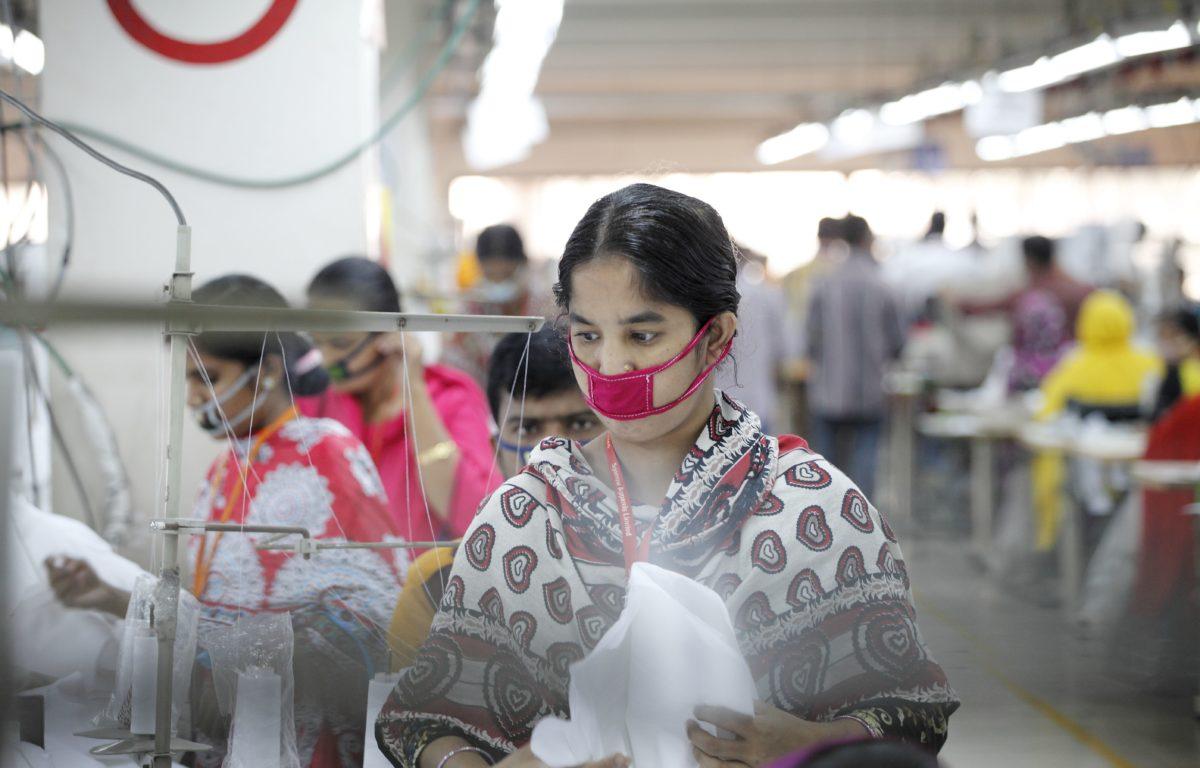 I Bangladesh blir forholdene for ansatte i klesindustrien langsomt bedre. Det skjer blant annet fordi sterke kvinnelige fabrikkmedarbeidere kjemper for flere rettigheter i et beinhardt system.<br />