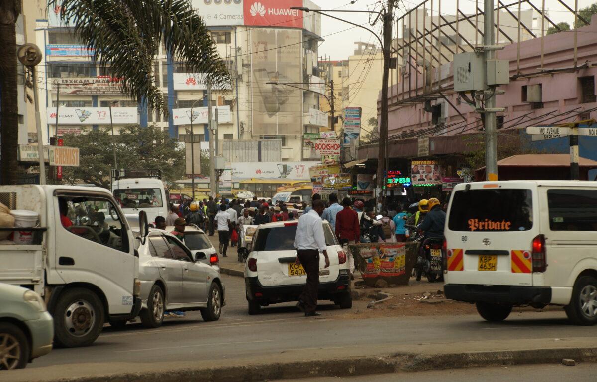 Gjennom ulike tiltak i hans eget nabolag i Nairobi, skaper Alex Challo muligheter for innbyggerne. De ulike initiativene hans har ført til redusert kriminalitet og økt finansiell stabilitet for flere av de som bor der.