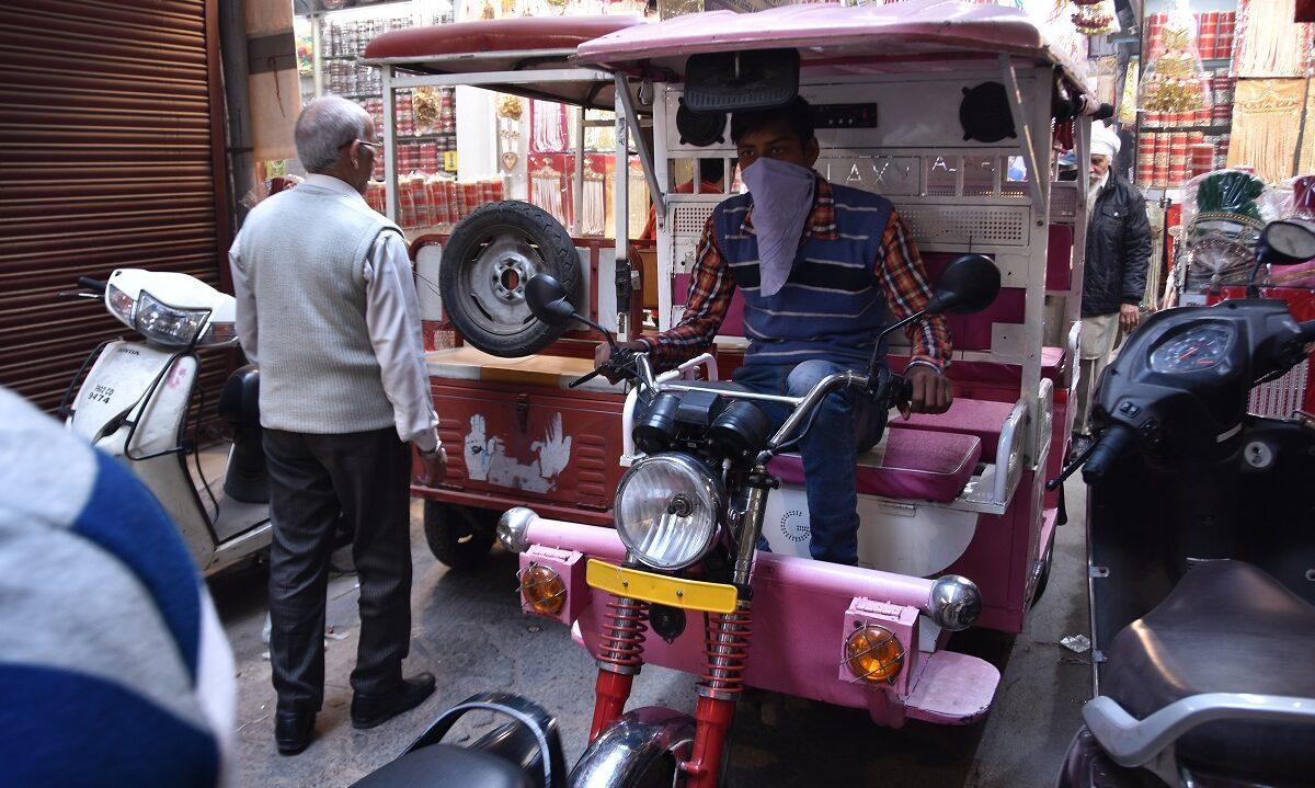 De trehjulede rickshawene er en fast del av gatebildet i indiske storbyer, hvor de er både taxi, skolebuss og varevogn. Nå blir de strømgående.