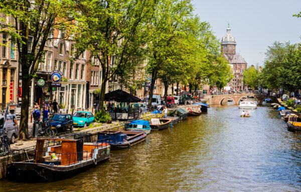 Skipene i de mange kanalene i den nederlandske hovedstaden skal fremover drives av elmotorer for å gi renere luft og beskytte klimaet.