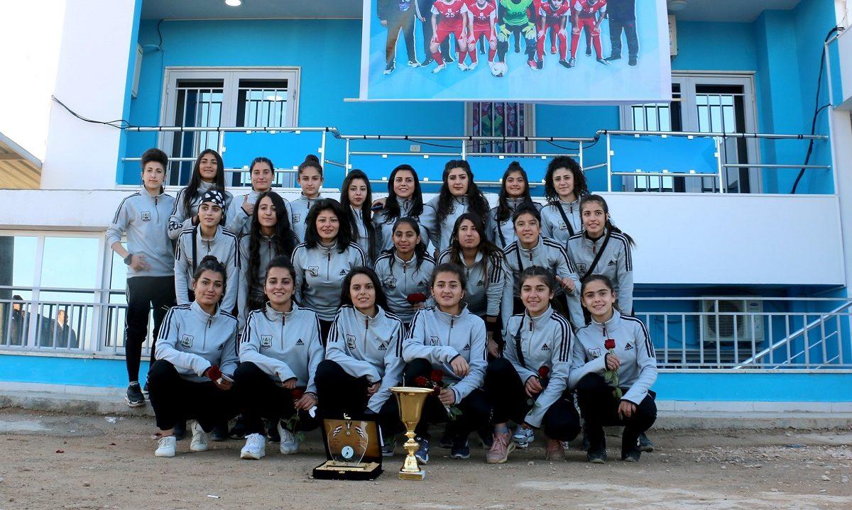 I grensebyen Amuda var det for syv år siden ikke vanlig at kvinner spilte fotball. Nå har byens fotballkvinner nettopp vunnet deres første nasjonale mesterskap, og blir hyllet som heltinner.