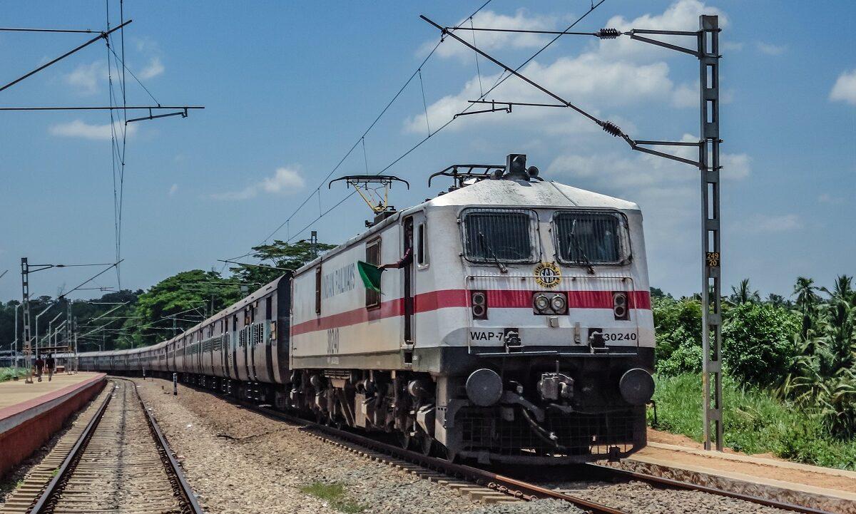 Tusener av kilometer med skinner binder India sammen, og både antall ruter og passasjerer vokser. Nå skal alle tog elektrifiseres.