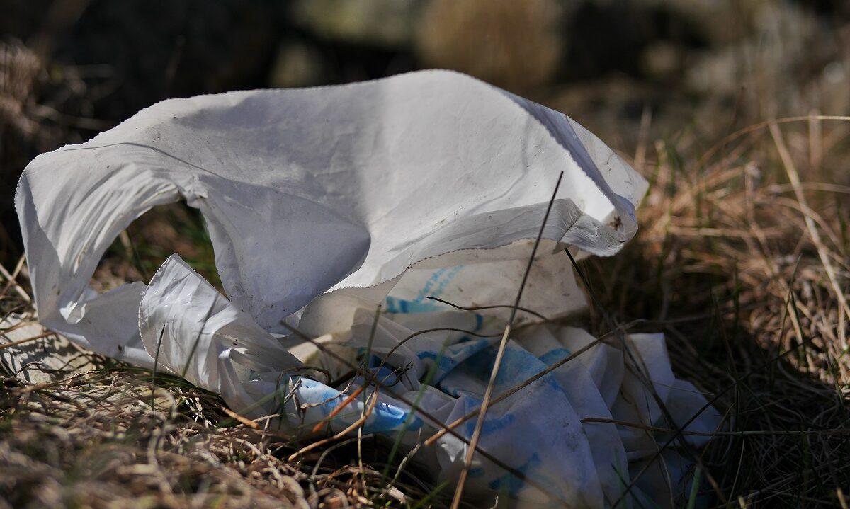 Salget av engangsplastposer styrter i Storbritannia, og bare i år har det falt med 49 prosent. Dette skjer etter at en veldig liten avgift på posene ble innført.