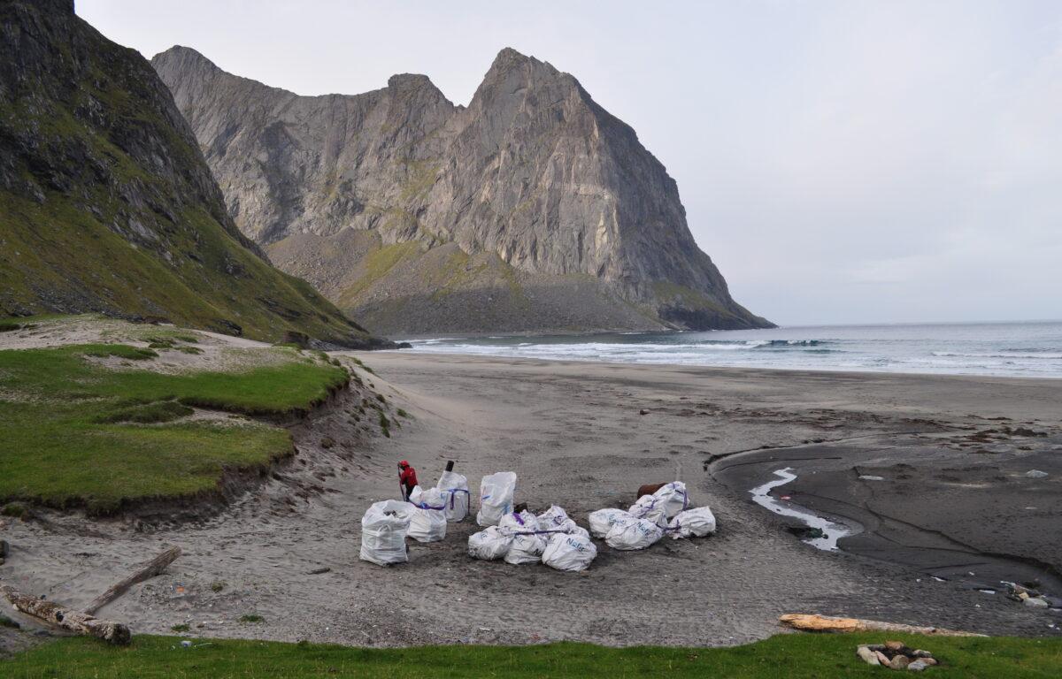 Hvert minutt havner 15 tonn plast i havet, ifølge WWF Verdens Naturfond. Hjelper det da å rydde den lokale stranden din? Svaret er JA, ifølge ny forskning gjort på Lofotens strender. <br />