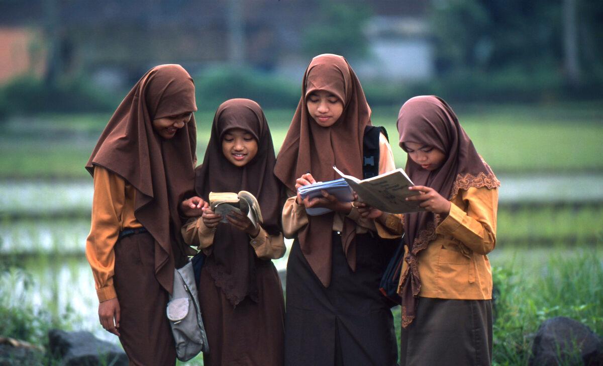 Det er især hos de unge, at der sker fremskridt, da indsatserne fokuserer på at sende flere børn i skole. Foto: CCBY ILO Asia-Pacific