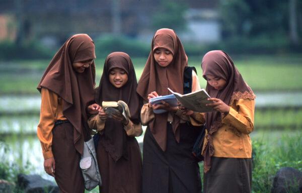 På få år har antallet av analfabeter i Indonesia falt drastisk. Særlig de unge baner veien.